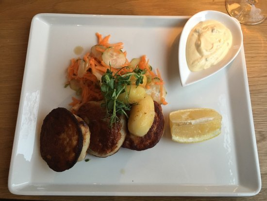 Henningsvaer, Norway: Very good food. We ordered fish cake which was awesome!  Nice atmosphere and very clean with can