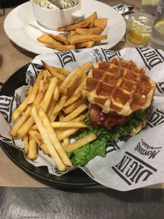 Sherwood Park, Canadá: Chicken Waffle Club Sandwich