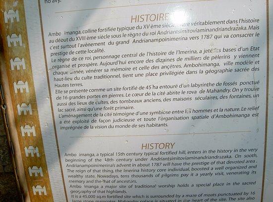Ambohimanga: bref historique du site affiché au pied de la montée menant sur l'enceinte à visiter