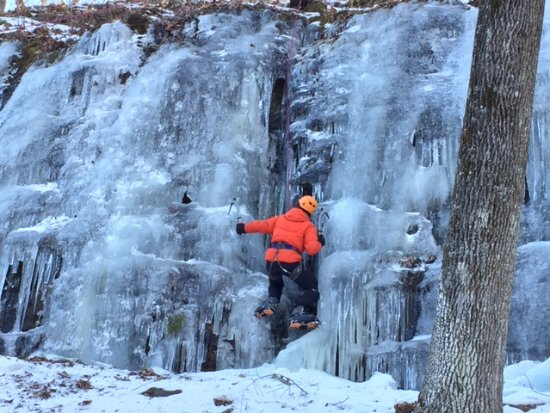 Gardiner, NY: Climbing on wall of ice