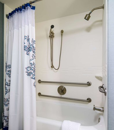 Framingham, MA: Accessible Suite Bathroom    Tub
