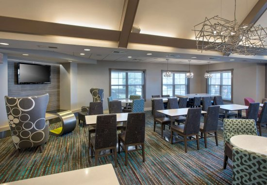 Hauppauge, NY: The Lobby - Dining Area