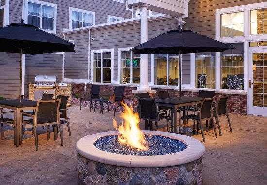 Saginaw, MI: Outdoor Fire Pit & BBQ Area