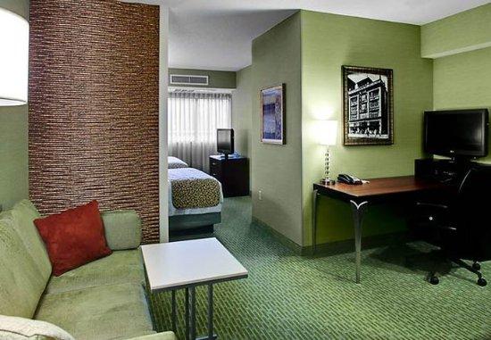 SpringHill Suites Memphis Downtown: Queen/Queen Suite Living Room