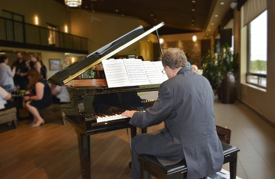 Pembroke, كندا: Lobby area, baby grand piano with social function.