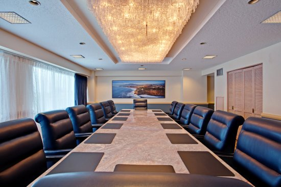Crowne Plaza Los Angeles Harbor Hotel: Liven up your Meeting with Windows and Natural Lighting