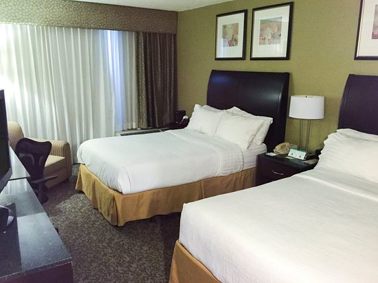 Carle Place, NY: Stay rested in our Standard Double Guest Room