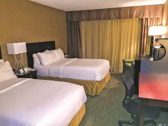Carle Place, NY: Enjoy comfort and convenience in our Double Feature Guest Room