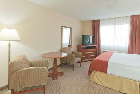 Portage, Indiana: King Bed Guest Room