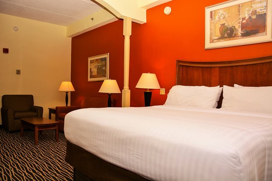 Holiday Inn Express Fayetteville - Ft. Bragg: King Suite  - Spacious room with open floor plan and high ceilings