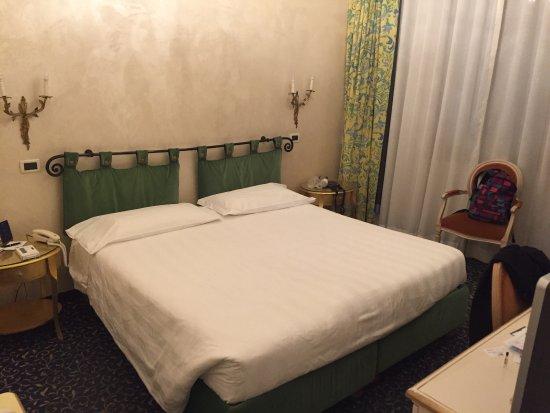 chambre correcte salle de bain tr s agr able et spacieuse. Black Bedroom Furniture Sets. Home Design Ideas