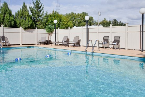 Outdoor Seasonal Swimming Pool Holiday Inn Manhattan At The Campus