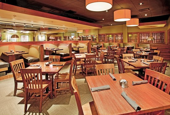 Holiday Inn Manhattan at The Campus: Houlihan's Restaurant located at The Holiday Inn Manhattan