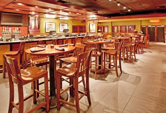 Holiday Inn Manhattan at The Campus: Sports Bar in Houlihan's at the Holiday Inn Manhattan