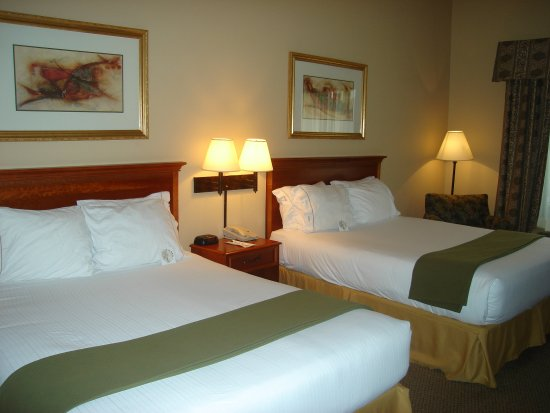 Holiday Inn Express Hotel and Suites: Queen Bed Guest Room