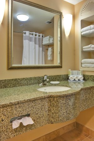 Holiday Inn Express Hotel & Suites Porterville: Guest Bathroom - Holiday Inn Express & Suites : Porterville