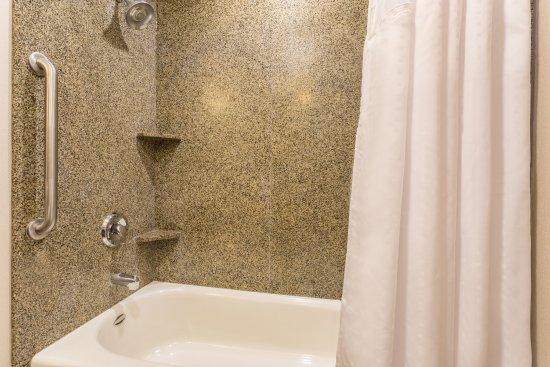Manteca, CA: Standard Guest Bathroom