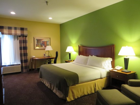 Warrensburg, MO: King Bed Guest Room