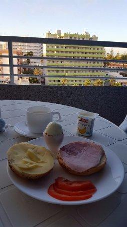 Tamaragua Apartments: Frukost på balkongen Julafton, rosenbröd med österikisk edamerost och julskinka i skivor hemmifr