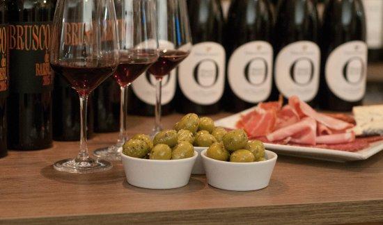 Leighton Buzzard, UK : Our delicious Italian green olives