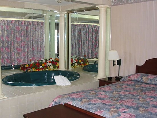 West Springfield, MA: RMAWSQueen Jacuzzi