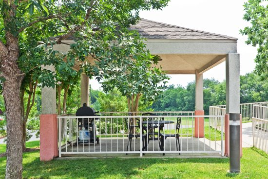 Brentwood, TN: Enjoy our gazebo and gas grill for your use anytime!