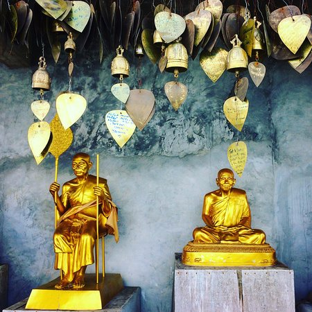 Chalong, Tailândia: Golden statues encircle the Big Buddha