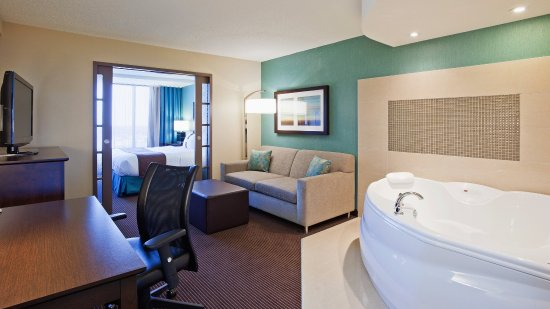 Pointe Claire, Canada: Jacuzzi Suite with separate sleeping area