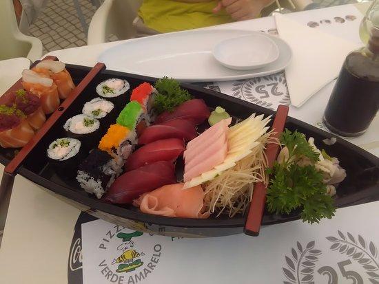 Caparica, Португалия: Sushi numa miniatura de barco