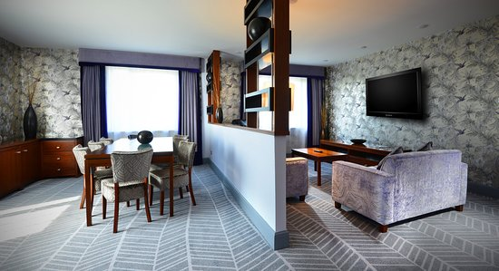 Crowne Plaza Hotel Dublin Airport: Living Area of One-Bed Suite