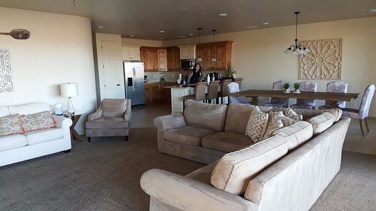 Hurricane, UT: Living room and dining area of Dune Suite