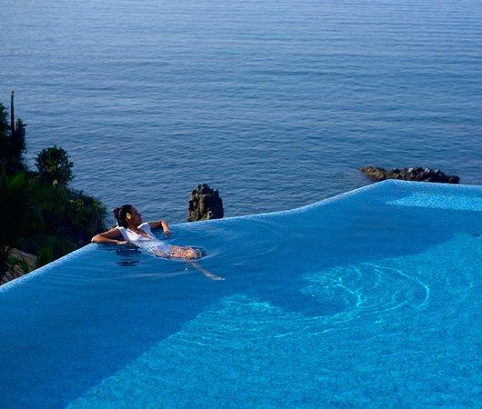La Casa Que Canta: Infinity pool