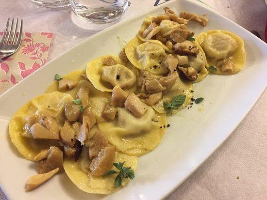 Lucoli, Włochy: Tortelli di capocollo con funghi porcini