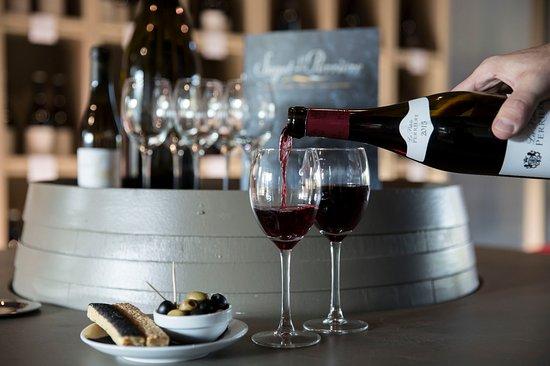 Le Tronchet, France: Espace dégustation et vente de vins