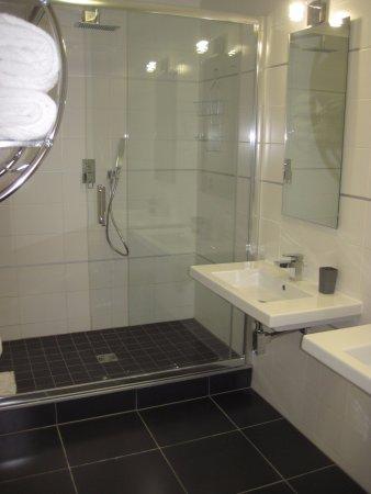 Les Appartements Paris Clichy: Salle De Bain Double Vasque Douche Italienne