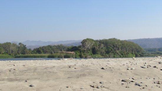 Playa La Bocana: fresh water lake behind ocean