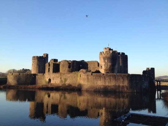 Caerphilly, UK: Other side view - it's quite a long walk around this entire castle