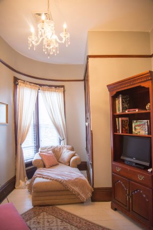 Jacksonville, IL: Cozy private sitting room in each suite