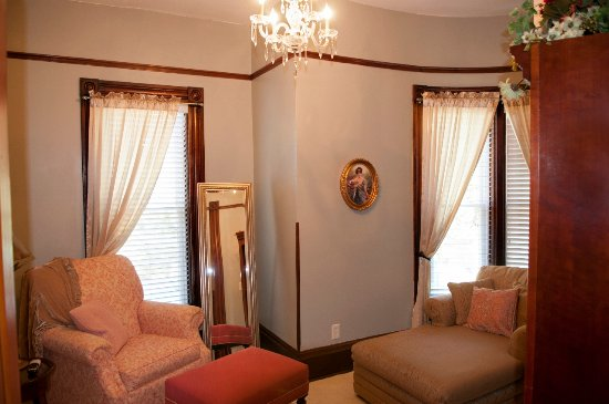 Jacksonville, IL: Serenity on State sitting room