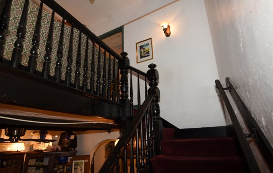St. Francis Inn Bed and Breakfast: Stairs going to second floor. Lobby in background lower left