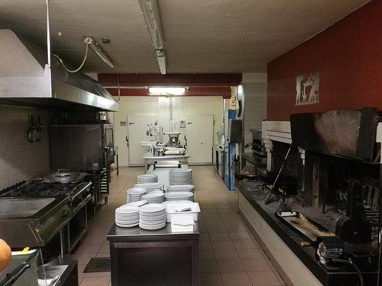 Creazzo, Italy: la cucina a vista con i caminetti per la carne