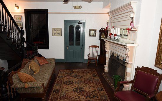 St. Francis Inn Bed and Breakfast: Lobby with stairs to second floor on the left and main entrance door ahead