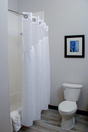 Centennial, CO: Standard double queen guestroom bathroom.