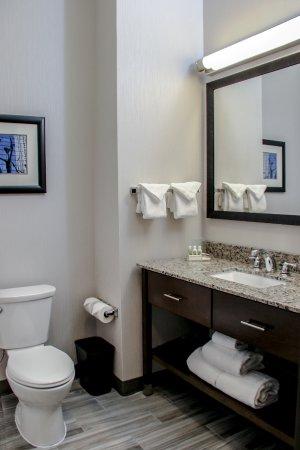 Centennial, CO: Standard guestroom bathroom.
