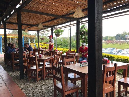 Asados Exquisitos: Sehr schönes Restaurant mit lokaler Küche direkt am Autokreisel zum Flughafen