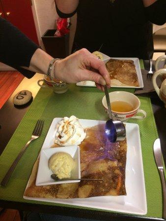Argenton-sur-Creuse, ฝรั่งเศส: Crêpe flambée en direct !!
