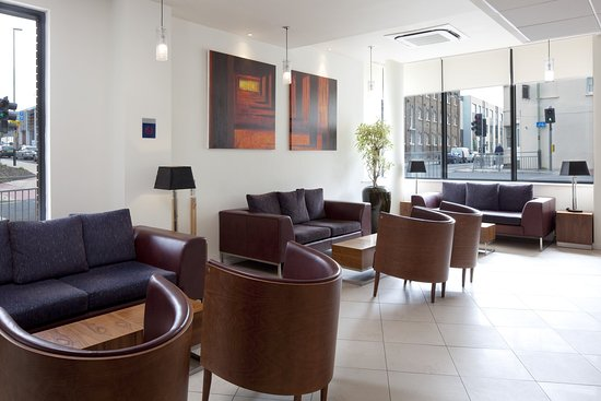 Holiday Inn Express Cheltenham: Light and Comfortable Lounge Area