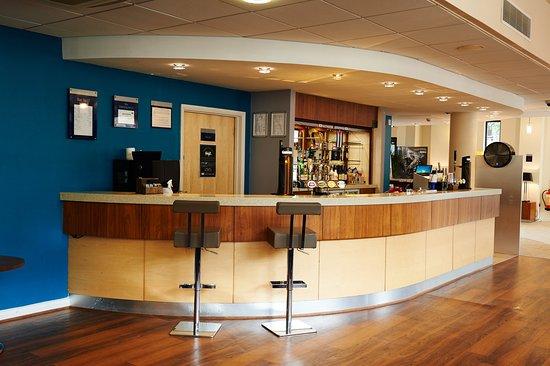 Holiday Inn Express Cheltenham: Bar and Lounge