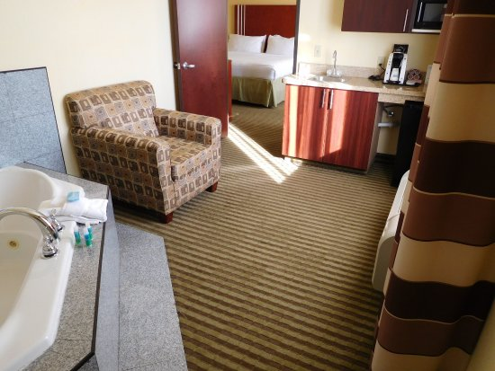 Holiday Inn Express Hotel & Suites Ponca City: Jucuzzi is in connecting room