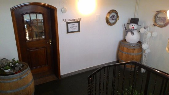 Hotel Weisses Rossli: Reception and restaurant entrance